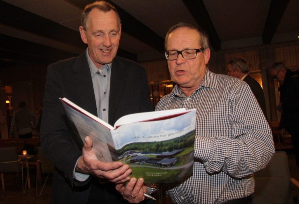 Bildet viser forfatter Knut Fjeld og konsttuert direktør, Ole Jo Kristoffersen
