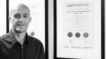 Bildet viser direktør Alf Magne Foss ved Skogli helse- og rehabiliteringssenter, som sier han setter pris på å bli kikket i kortene av inspektørene fra Carf.