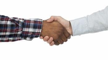 to hender som tar hverandre i hendene
