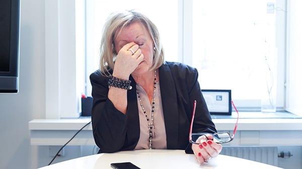 Trøtt kvinne på kontor