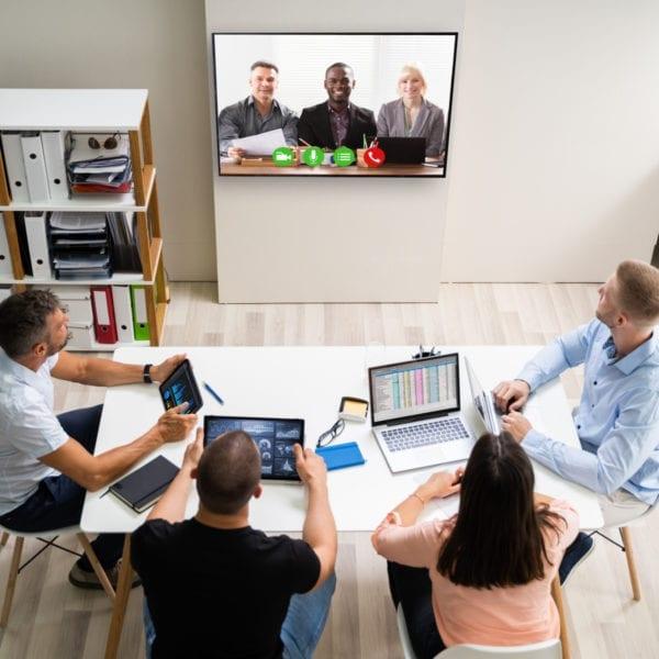 Et team som følger med på digitalt møte