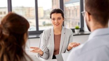 Bildet illustrerer en samtale mellom terapeut, arbeidsgiver og arbeidstaker